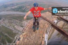Este malabarista desafía la altura desde un monociclo ¡Increíble su agilidad!