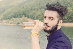 Una compañía de cerveza está buscando personas para viajar y beber cerveza todo el verano