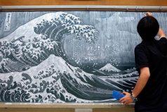 Este profesor japonés deslumbra a sus estudiantes con impresionantes obras de arte en la pizarra