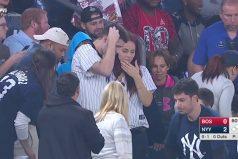 Este chico le propuso matrimonio a su novia en el estadio de los Yankees ¡Pero no contaba con que se le perdiera el anillo!