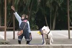 Este monito es una ternura. Mira cómo pasea con su perro ¡Morirás de amor!