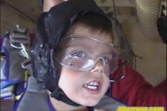 Este niño no le teme a nada, con 5 años y saltando en paracaídas ¡Impresionante!