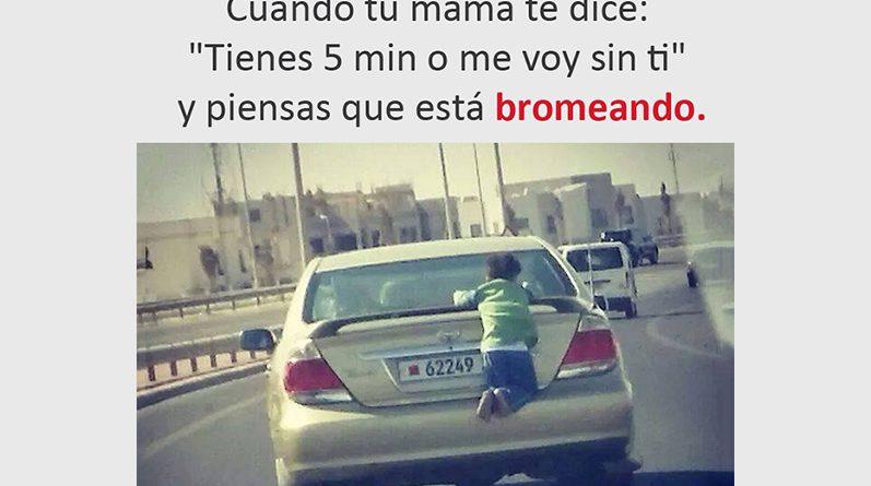 Niño agarrado de un carro