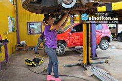 Esta emprendedora mujer montó un taller de mecánica exclusivo de mujeres