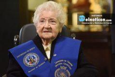 Abuelita se graduó de química a sus 94 años, ¡una lección de vida!