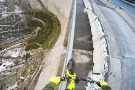 Este ciclista recorrió la barandilla de un dique a 200 metros de altura. ¡Qué vértigo!