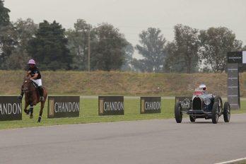 La inusual carrera del piloto Fernando Alonso contra un jinete, ¿quién ganará?
