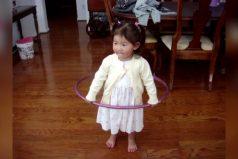Esta pequeña niña bailando Hula hula es lo más divertido que verás hoy ¡Qué ternura!