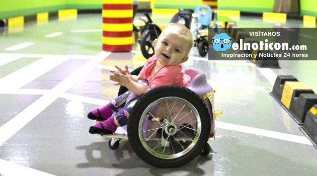 Evelyn Moor, la bebé de 15 meses que conmueve al mundo con su silla de ruedas fabricada por sus padres