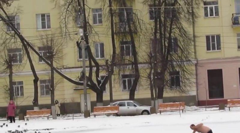 RUSIA-Un-ruso-semidesnudo-salva-a-un-perro-atrapado-en-un-río-helado.