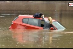 Esta mujer logró escapar de su carro en medio de una inundación y su rescate se hizo viral. ¡Qué suerte tuvo!