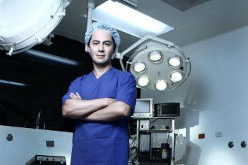 El médico que opera gratis a mujeres atacadas con ácido