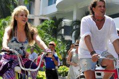 Shakira y Carlos Vives pedalean hacia los AMAs
