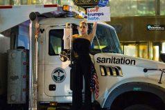 Lady Gaga protesta frente al Trump Tower en Nueva York