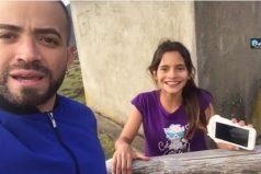 Una fan persigue a Nacho descalza por una montaña en Ecuador