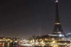 La Torre Eiffel apaga sus luces como apoyo a la tregua en Alepo