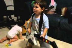 Cuando Guitar Hero te hace ver como todo un rockero… ¡A los dos años! Este pequeño te enloquecerá