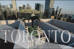 ¡Qué vértigo! Arriesgada sesión de fotos de 'OlegCricket', famoso por intrépidos 'skywalking' como este en Toronto.