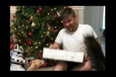 Este joven se emocionó con su regalo, pero a su gato no le gustó para nada. ¡Tremendo ataque felino!