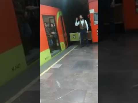 Conductor-de-metro-da-indicaciones-antes-de-cerrar-puertas-y-arrancar