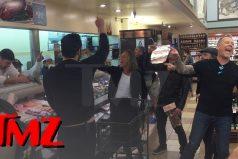 Típico: estás en el supermercado y llega Metalica a cantar 'Enter Sandman'. ¡Qué loco!
