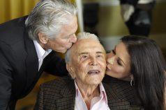 La familiar fiesta de cine de Kirk Douglas: así celebra una leyenda de Hollywood su cumpleaños número 100