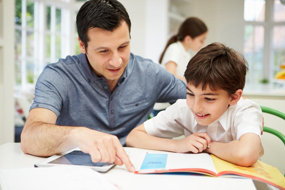 niño-adulto-estudiando