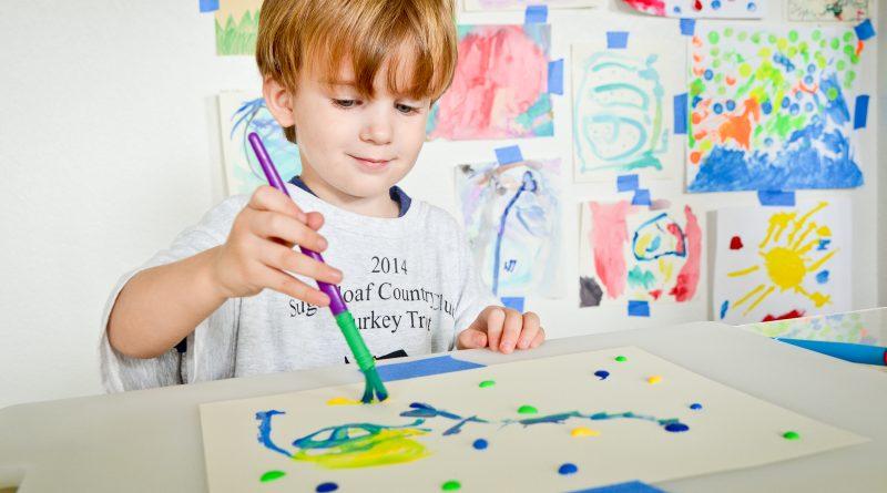 nino-pintando