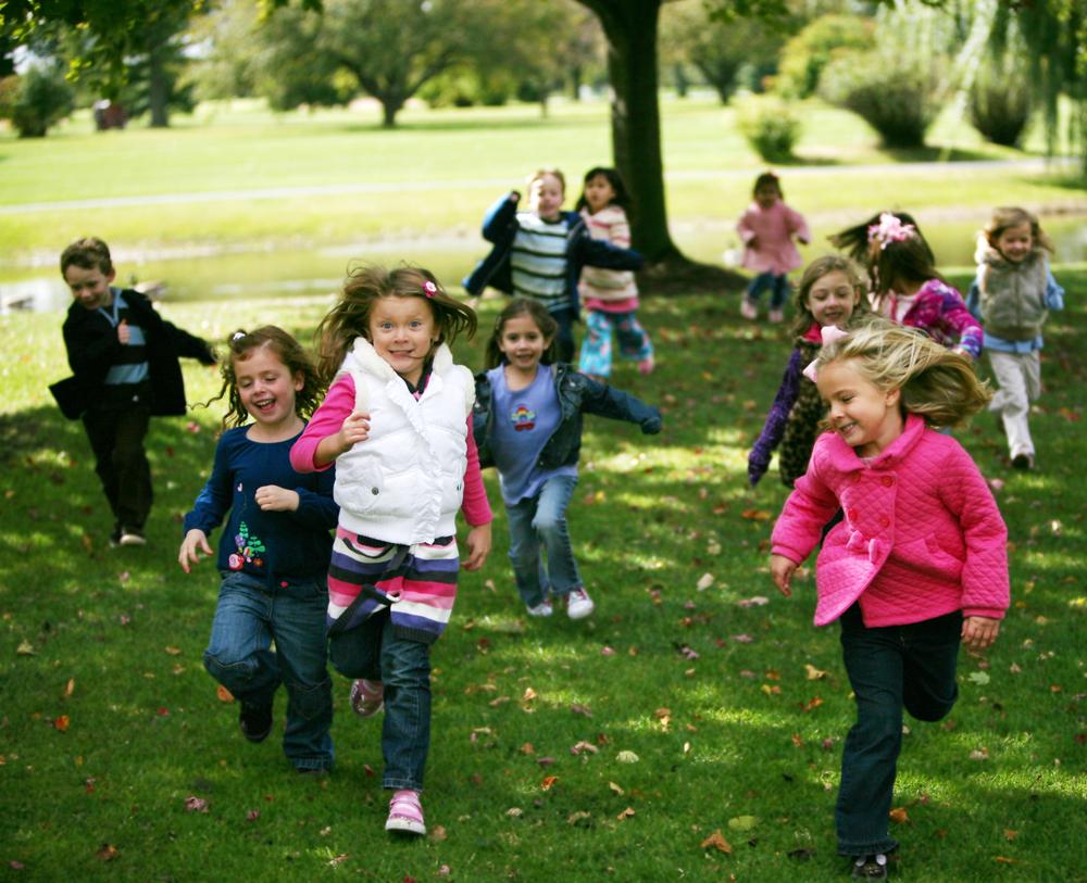 niños-corriendo-parque