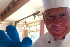La historia del hombre que lleva trabajando 60 años en Disneyland, ¡un gran ejemplo de dedicación!