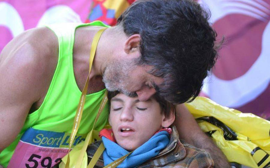 Este padre corre maratones con su hijo en silla de ruedas, ¡un verdadero amor!