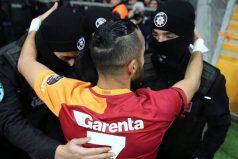 Un jugador del Galatasaray celebra un gol abrazando a tres policías en memoria de las victimas en Turquía