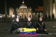 Lilian Tintori se encadena en el Vaticano para pedir libertad de presos políticos