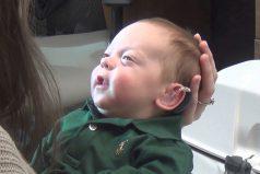 Bebé escucha por primera vez la voz de sus padres. Su reacción te hará llorar, ¡hermoso!