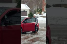 ¡Qué cruel! Esta mamá muere de risa mientras graba las caídas de su hija en el hielo. ¿Podrás verla sin reírte también?