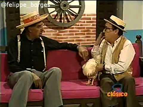 Chespirito-Los-Chifladitos-1990-Chaparrón-se-enamora-de-una-gallina