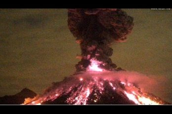 Imponente explosión del volcán de Colima en México. ¡Alcanzó dos kilómetros de altura!