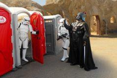 Típico: vas al baño y terminas pasándote al lado oscuro. ¡Una broma de otra galaxia!