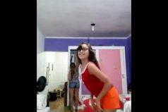 Típico: encuentras a tu hija bailando y te le unes al show… ¡Mamáaaa!