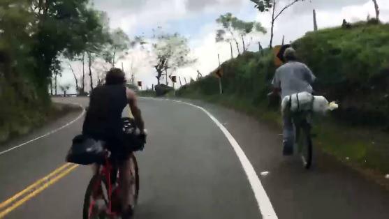 El campesino colombiano que en su bicicleta le ganó a dos triatletas europeos