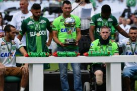 Los tres sobrevivientes del Chapecoense alzaron la Copa Sudamericana