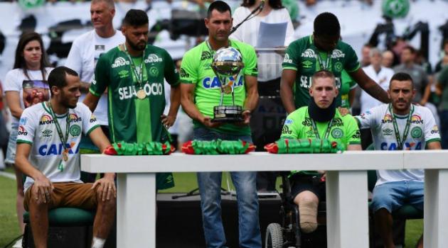 Tres sobrevivientes del Chapecoense alzaron la Copa Sudamericana