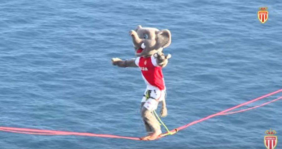 La mascota oficial del Mónaco de Francia aceptó caminar por una delgada cuerda a varios metros de altura