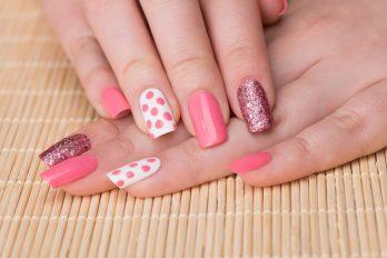 Esta nueva forma de pintarte las uñas te cambiará la vida. ¡Es lo máximo!