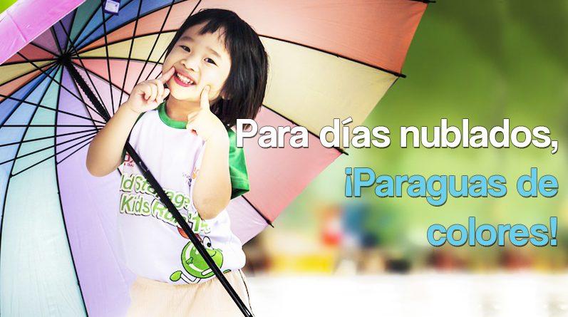 Niño con paraguas de colores