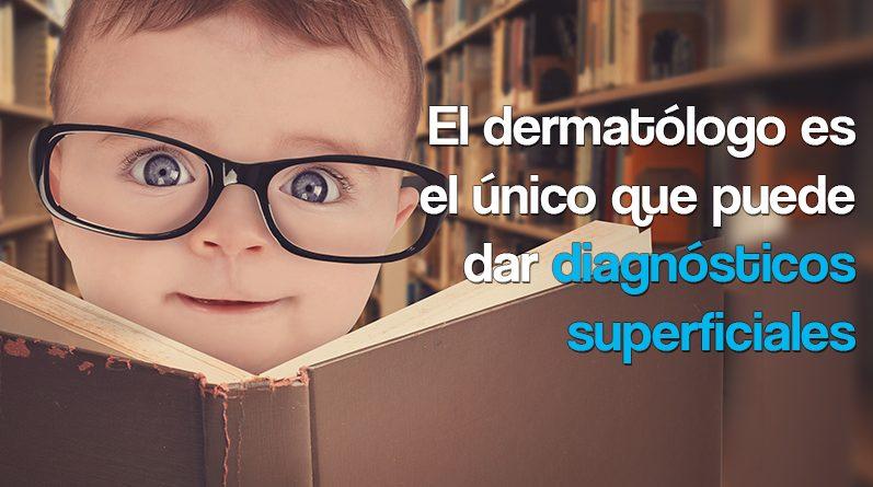 Bebé con gafas y leyendo