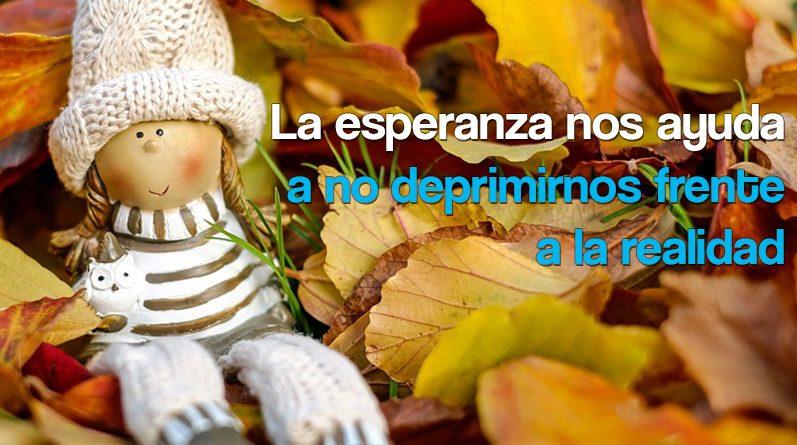 Muñeca sobre hojas secas