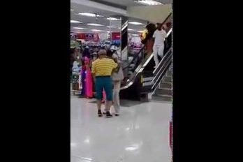 ¡Vaya sabor! El espíritu carnavalero de esta abuelita contagió a todos en un centro comercial de Barranquilla. ¡Qué viva la vida!