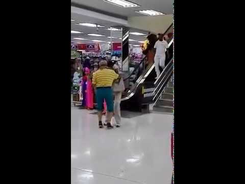 La-abuela-bailadora-en-centro-comercial-que-es-tendencia-en-Barranquilla