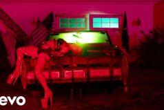 Lady Gaga vuelve a ser Lady Gaga en el video de su sencillo 'John Wayne'. ¡Desenpolvó sus vestidos estrambóticos!